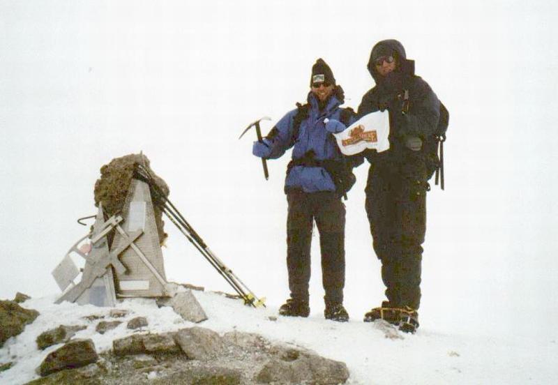 Peter-Arjen (links) en Ramon op de top van de Elbrus (5.642m), Kaukasus, Rusland