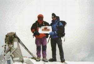 Boris (links) en Peter-Arjen op de top van de Elbrus (5.642m), Kaukasus, Rusland