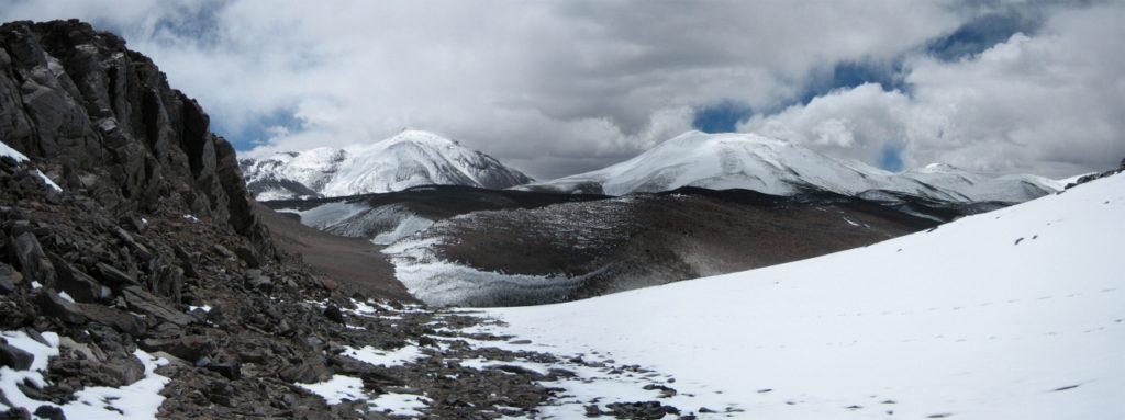 Ojos del Salado (6.893m) en Cerro Medusa (6.120m) vanaf de Laguna Negra pas