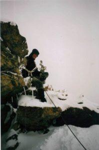 Frank naast de Madonna op de Pollux in slecht weer - Alpen 2003