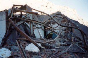 Door een lawine ingestorte oude hut vlak voor Plaza de Mulas (4.050m)