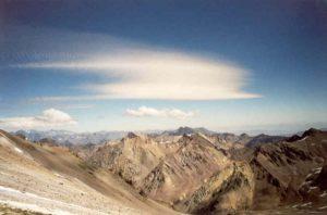 Uitzicht vanuit tussenkamp Alaska (5.200m) op kamp 1 Canada, uiterst links in de schaduw van de kleine wolk (4.900m)