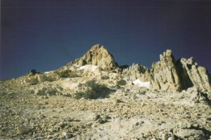 Uitzicht op White Rocks (links onder de sneeuwpluim) en de top (rechtse top onder de sneeuwpluim) vanaf Berlin (5.900m)