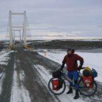 Boris bij de brug over de Jökulsá á Fjöllum